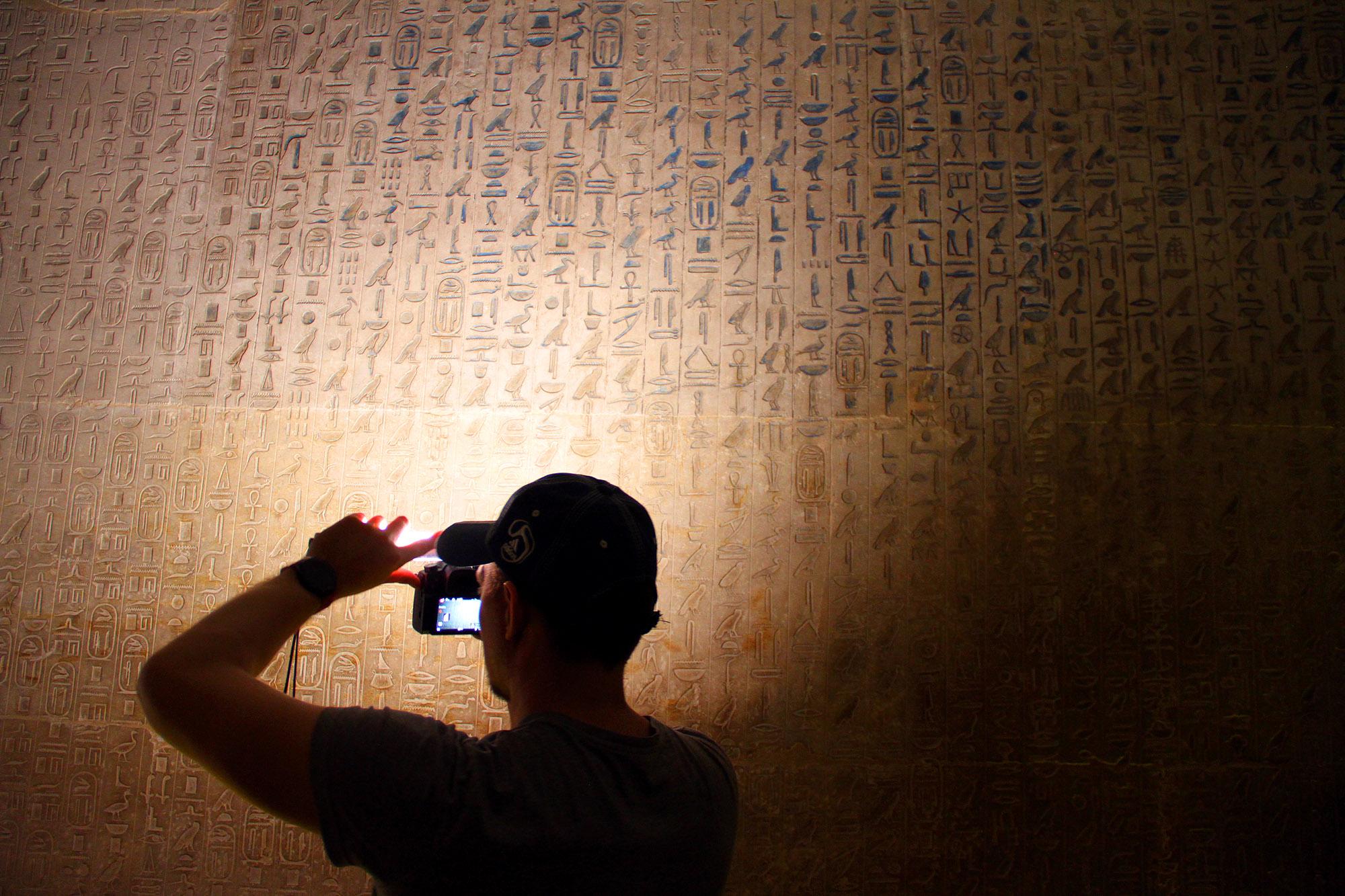 Тексты настене внутри пирамиды Унаса, съёмку ведёт Виталий Краусс (Лаборатория Научных Видео)