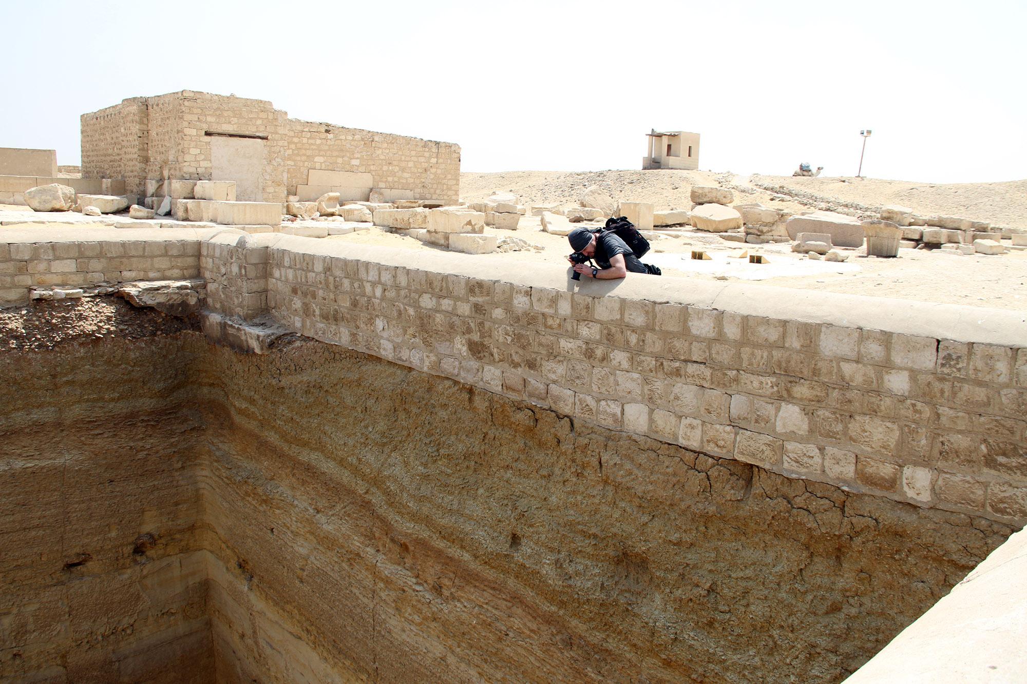 Валерий Senmuth фотографирует шахтную гробницу Амена-Тефнахта
