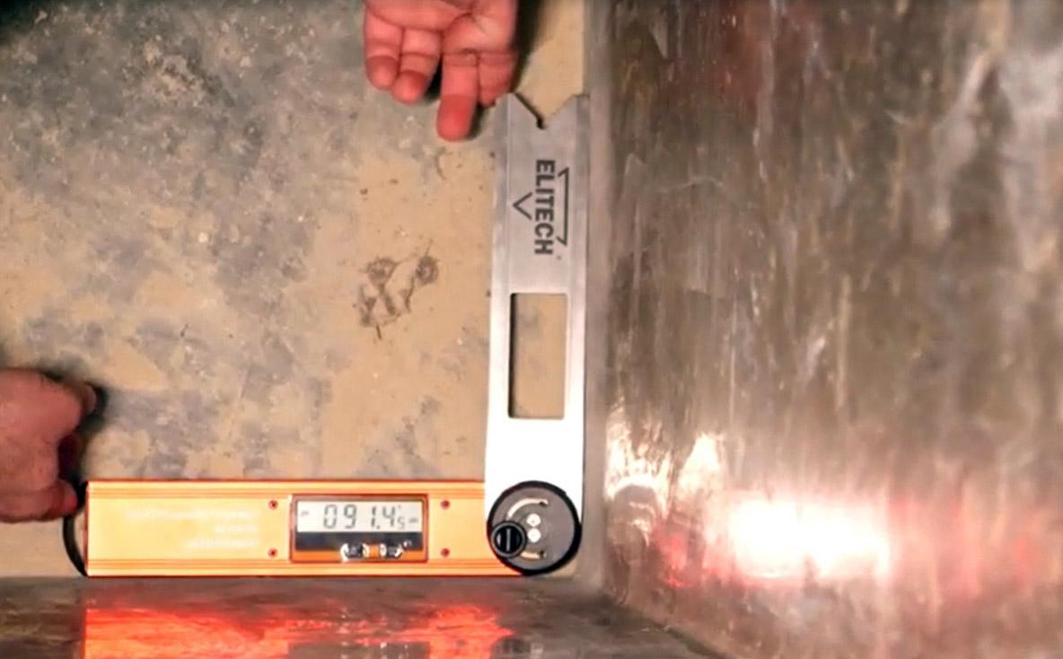 Георгий Соколов измеряет внутренний угол саркофага №16