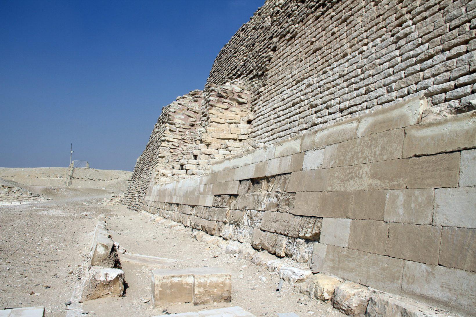 Пирамида Джосера. Видна отреставрированная иоригинальная кладка