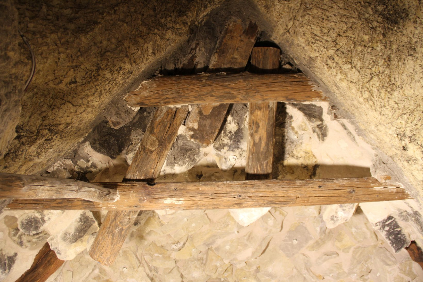 Деревянные балки впогребальной шахте пирамиды Джосера