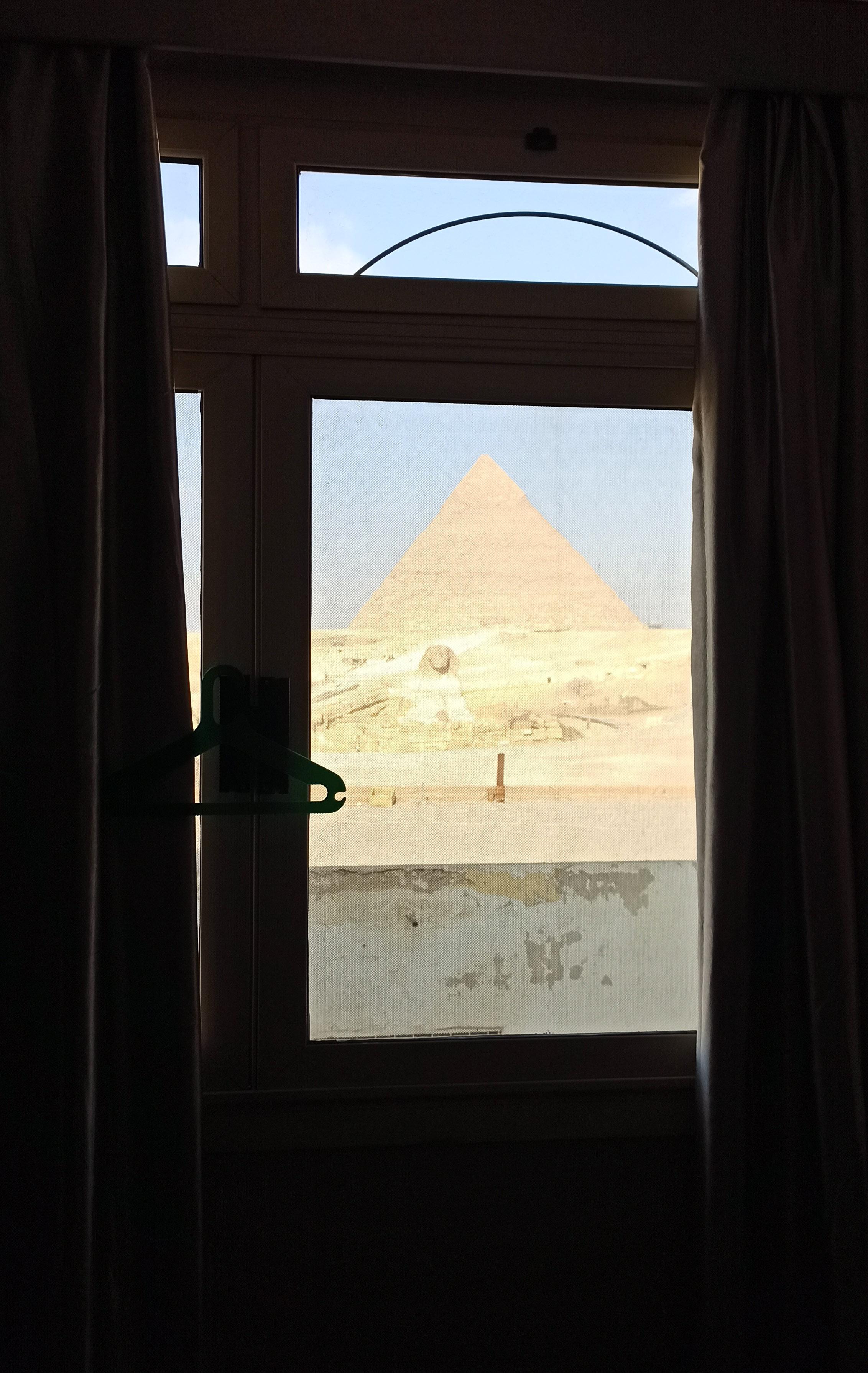 вид напирамиду Хафра иСфинкса из окна номера отеля