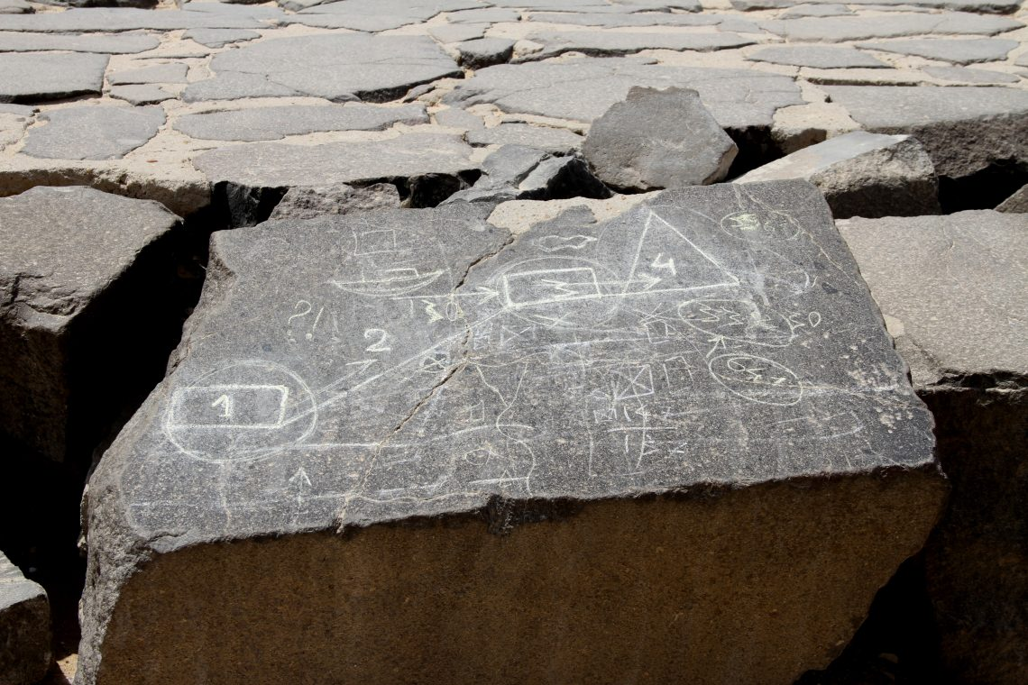 На блоке из базальтового пола упирамиды Хуфу кто-то изобразил схему транспортировки блоков кстроящейся пирамиде
