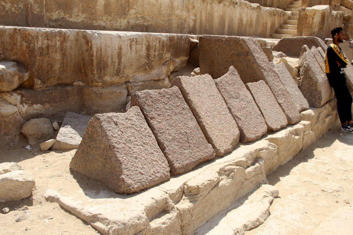 Фрагменты гранитной облицовки основания пирамиды Хафра