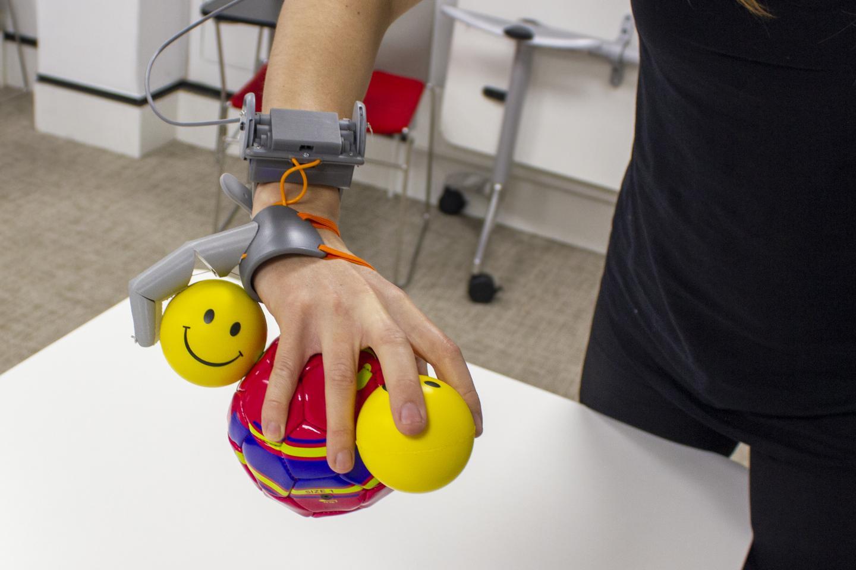 Рукой сдополнительным пальцем можно взять больше предметов, чем без него