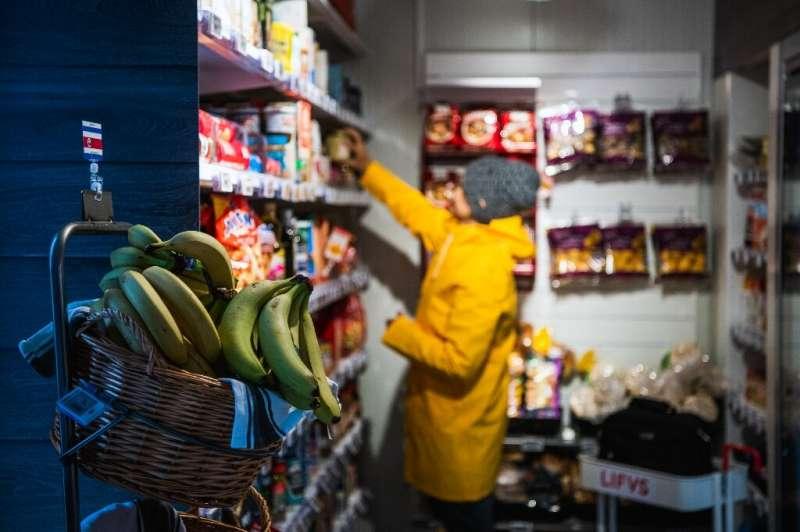 Гилия Рей, пчеловод, пополняет полки автоматического магазина <i>Lifvs</i> мёдом своих пчёл.