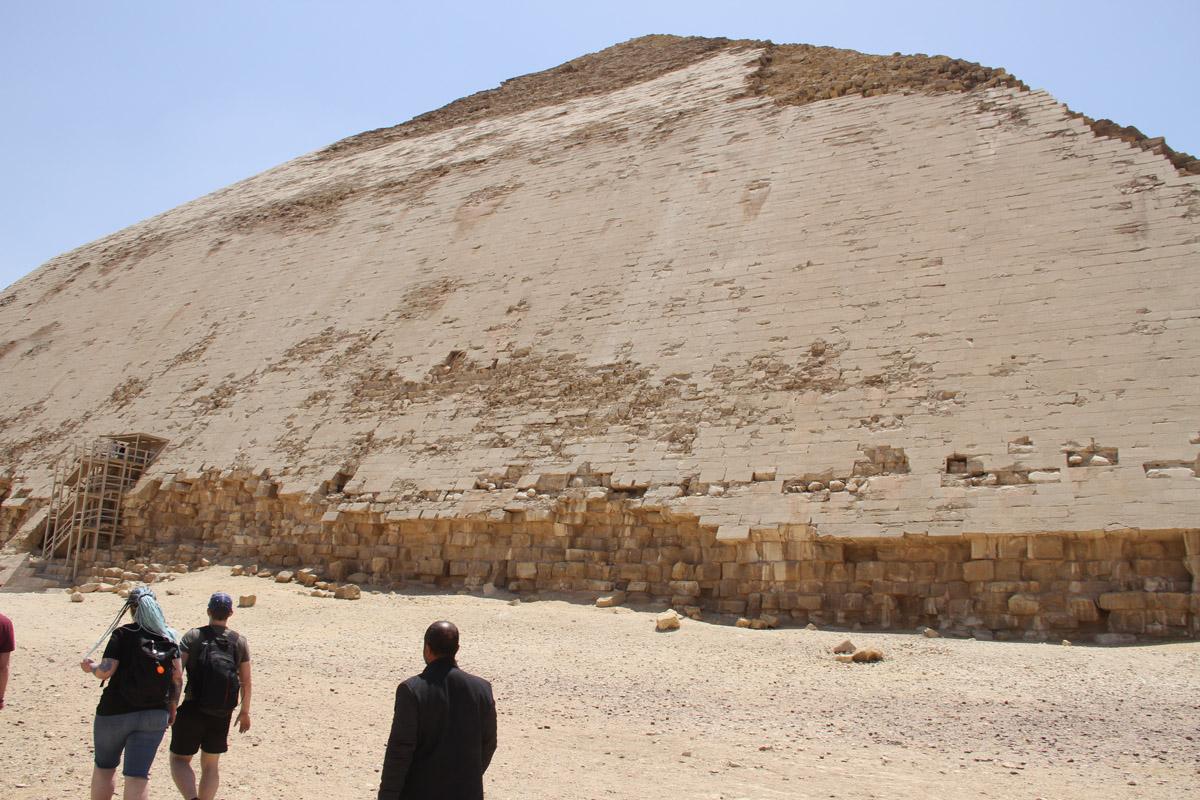 У «ломаной» пирамиды сохранилась большая часть облицовки
