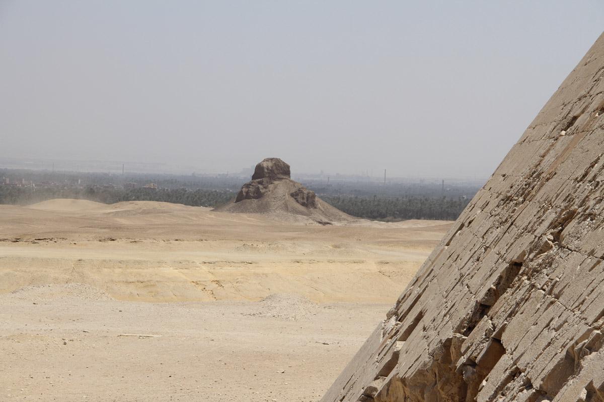 Вдали виднеется Чёрная пирамида Аменемхета III