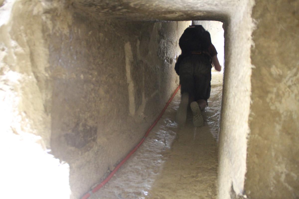 Лезем влаз, соединяющий нижнюю иверхнюю системы помещений «ломаной» пирамиды
