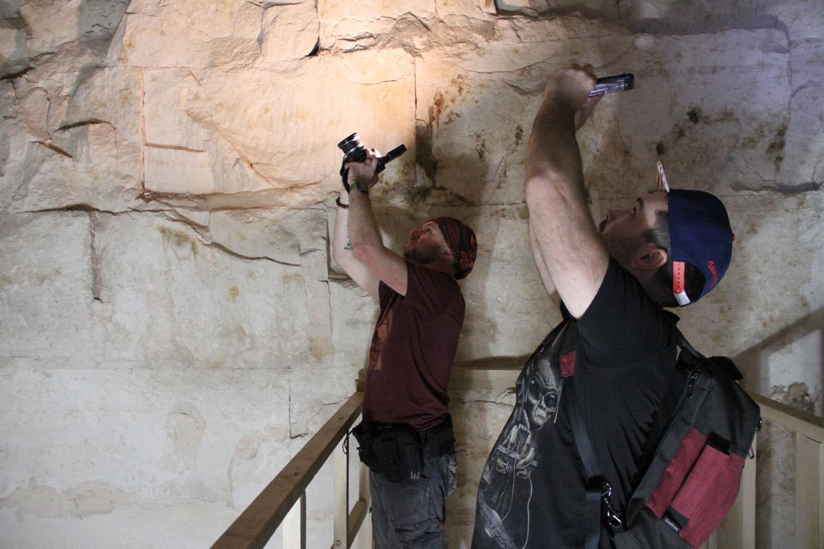 Георгий иВалерий фотографируют летучих мышей