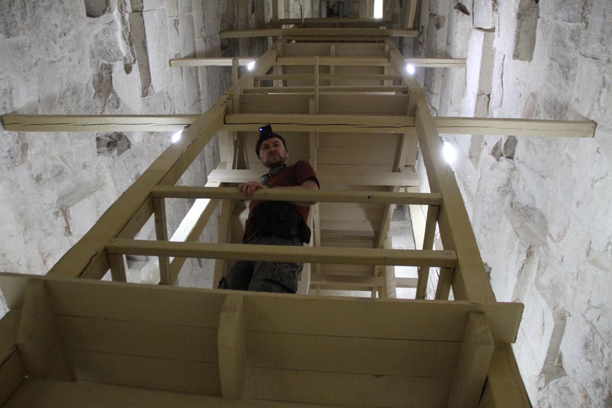 Вот такая деревянная конструкция ведёт клазу вверхние помещения