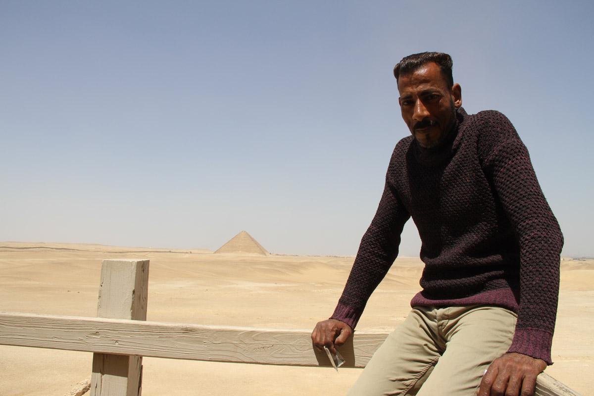 Этот египтянин присматривал за нами впирамиде. Назаднем плане розовая пирамида