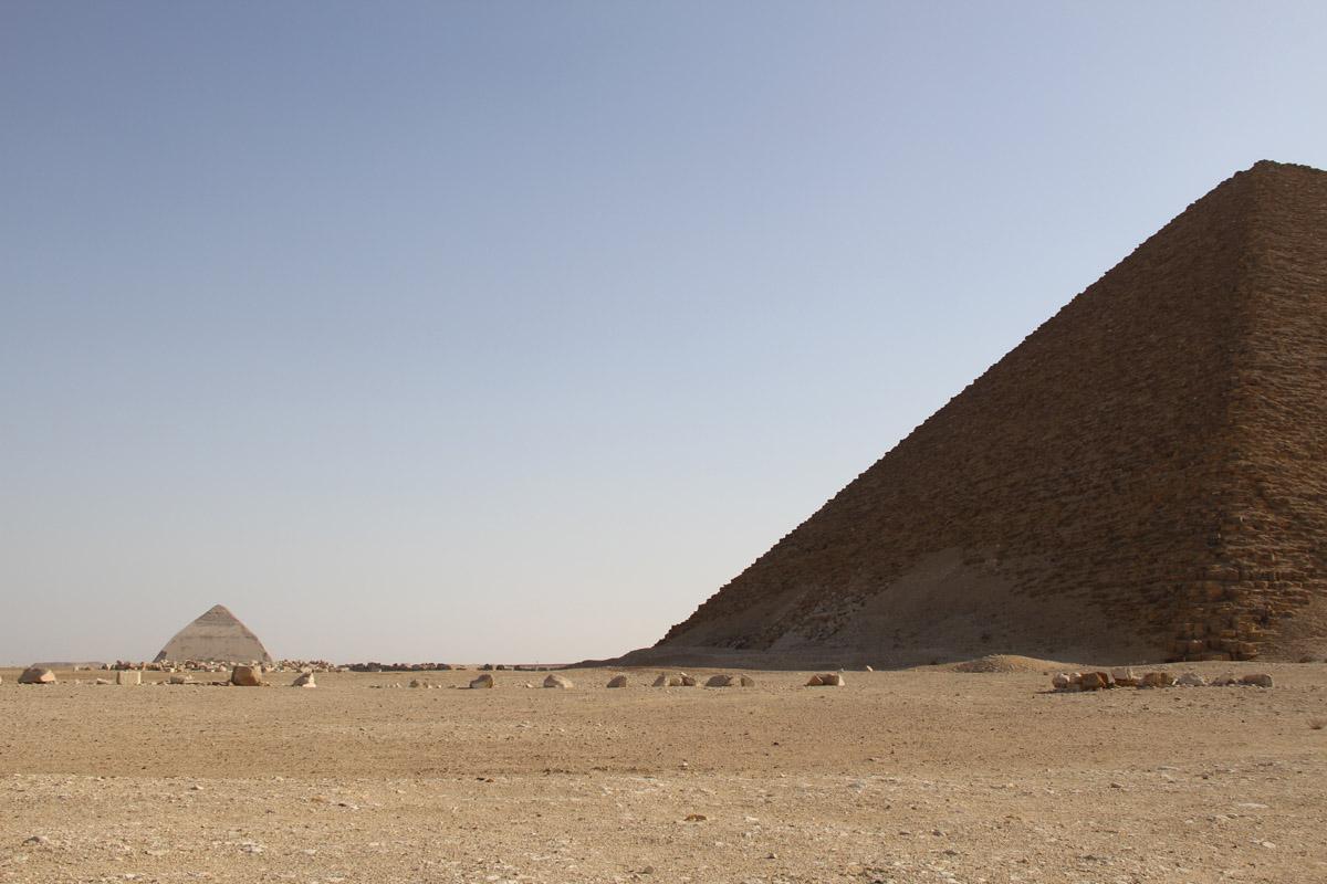 Вдали видна «ломаная» пирамида