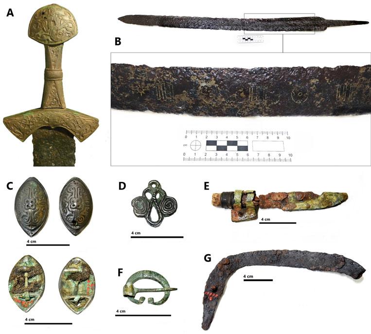 Предметы, найденные взахоронении вСуонтаке: A— меч сбронзовой рукоятью, B— меч без рукояти ссеребряными вставками, C— две овальные броши с фрагментами ткани, D— брошь сдвойной спиралью, E— нож вножнах, F— подковообразная фибула, G— серп