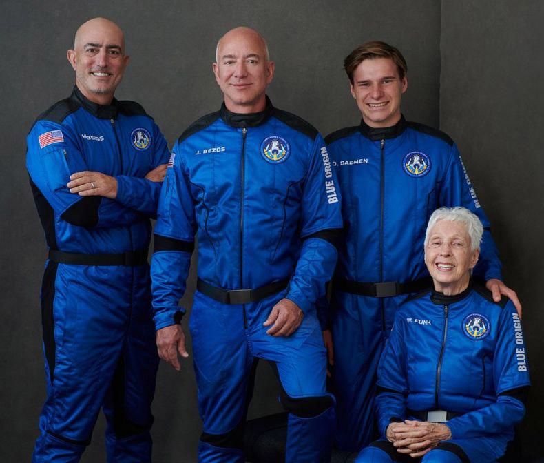 Экипаж (или пассажиры?) <i>New Shepard</i>.