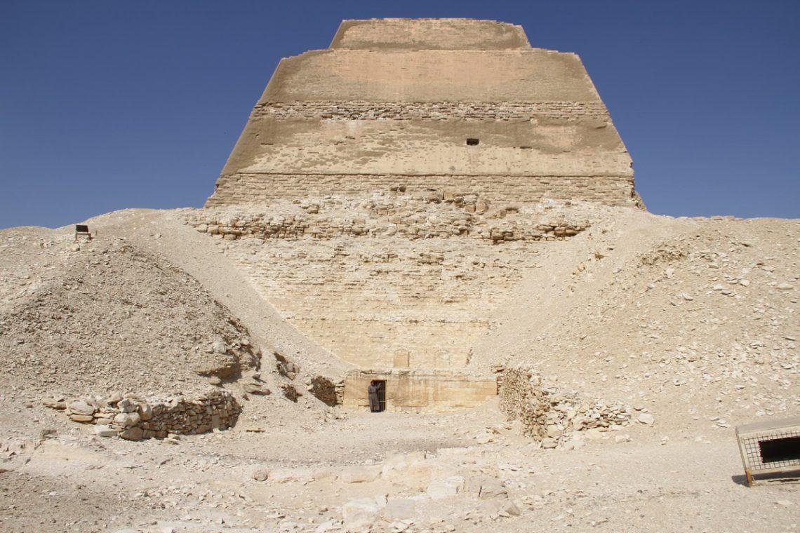 Вид напирамиду вМейдуме свосточной стороны, снизу— припирамидный храм