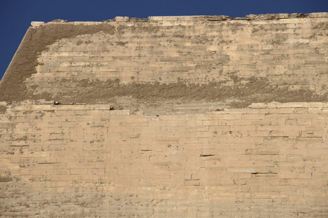 Вертикальные полосы наоблицовке пирамиды— возможный след от пандуса
