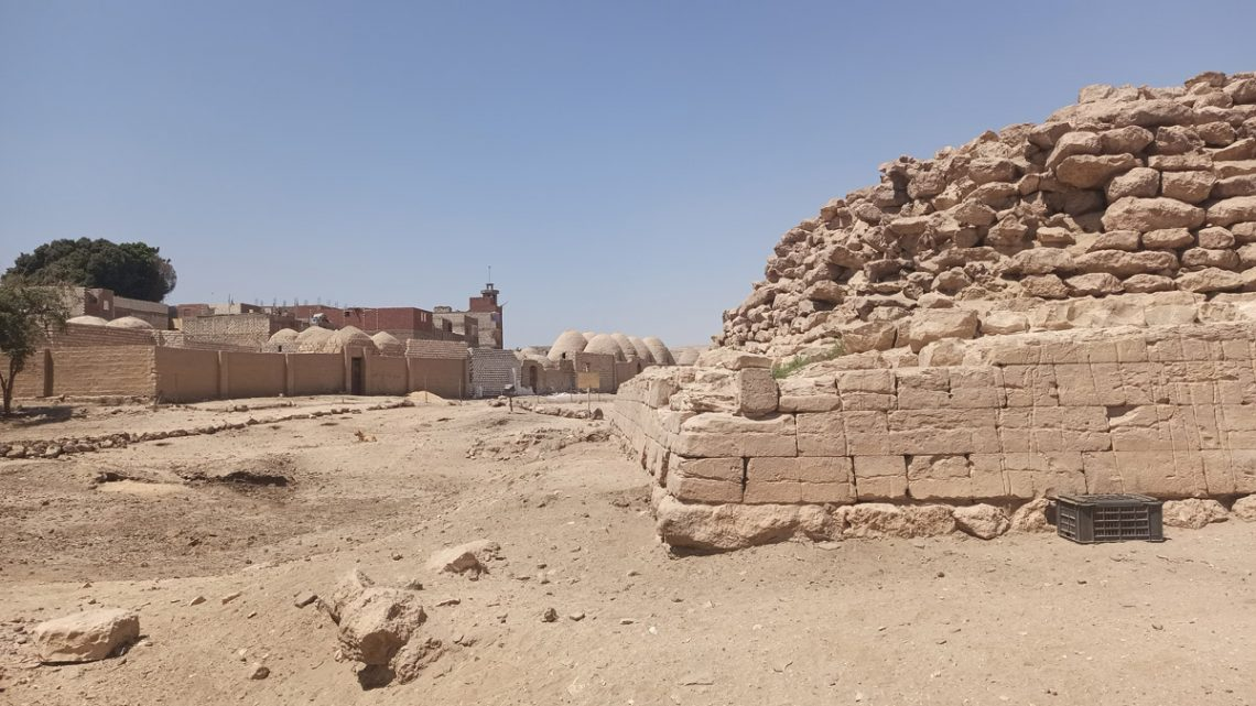 Пирамида вЗавьет эль-Майитин примыкает кисламскому кладбищу