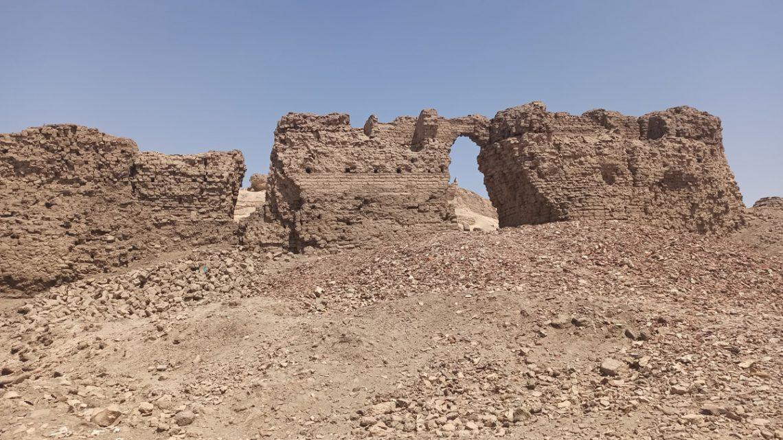 Руины стены упирамиды вЗавьет эль-Майитин