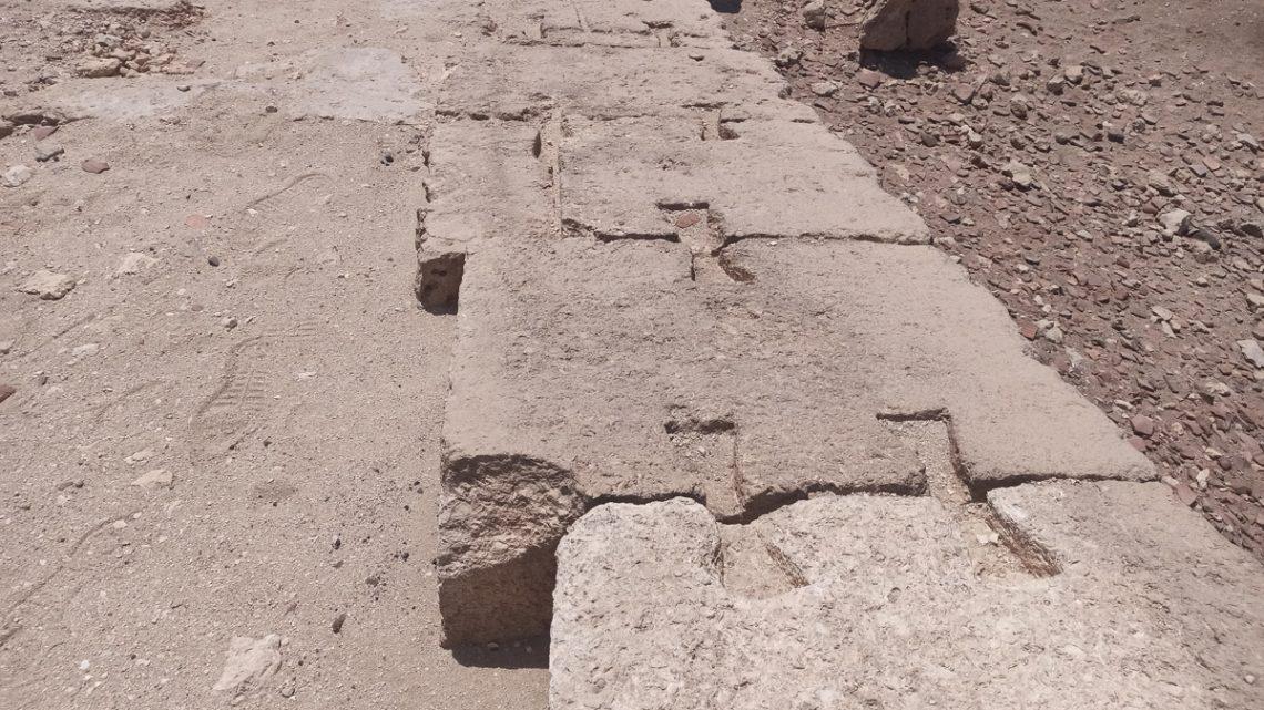 Остатки храма. Видна кладка с«ласточкиными хвостами»