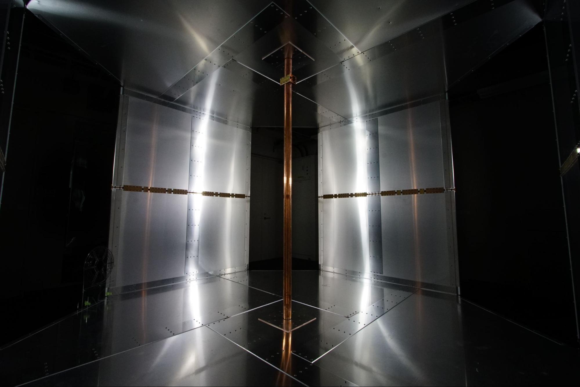 Помещение для беспроводной передачи энергии ввиде объёмного резонатора. <i>Univ. of Tokyo</i>.