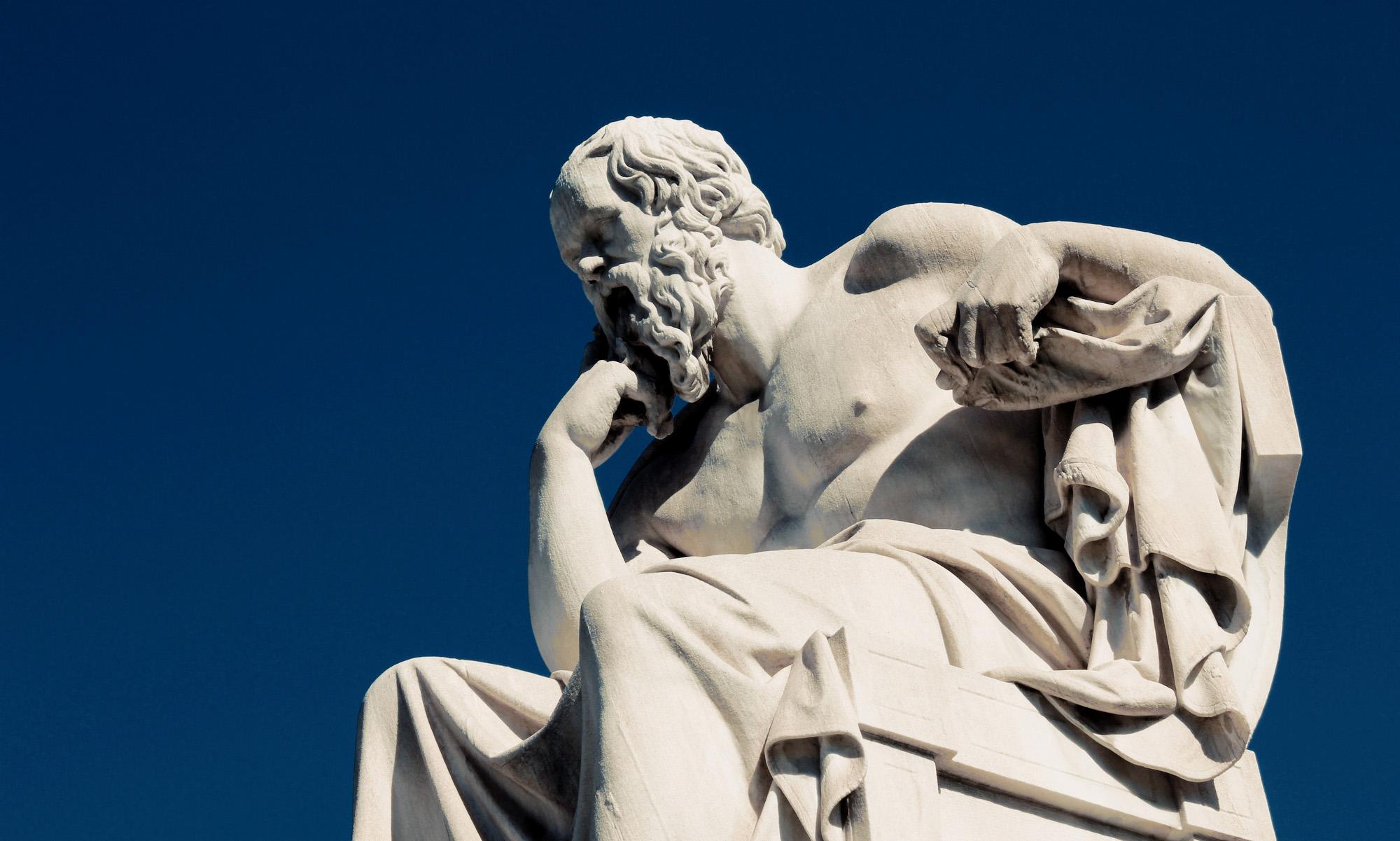 Памятник Сократу вАфинах, Греция.