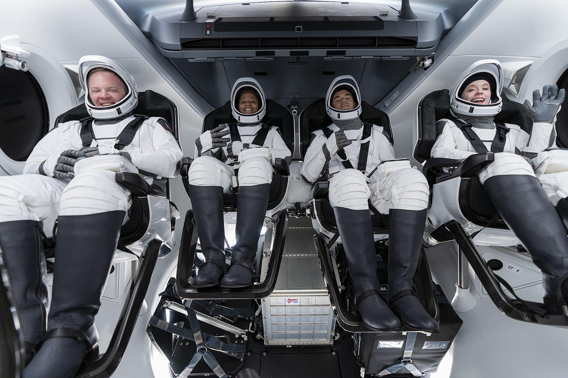 Экипаж <i>SpaceX Inspirati④n</i>.