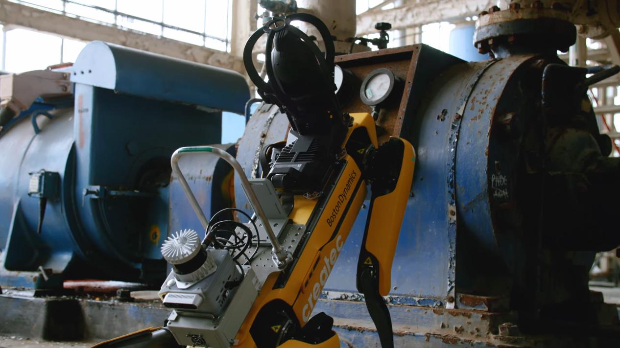 Робот <i>Spot</i> проверяет параметры оборудования напроизводстве.