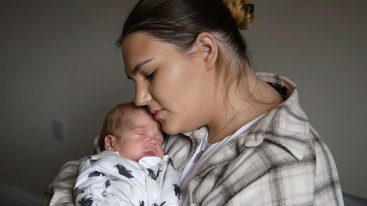 Келси Рутс вышла из медикаментозной комы через семь дней после того, как её ребёнок родился при помощи кесарева сечения.